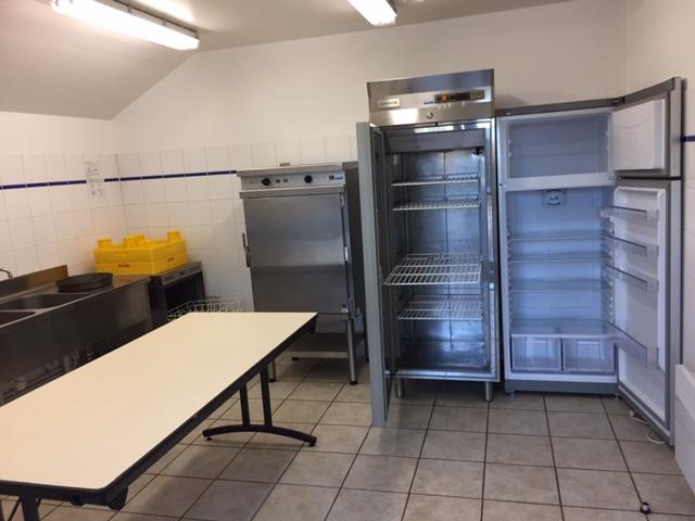 Office (1 évier double bac inox, 1 machine à laver, 1 armoire chaude & 2 frigos)